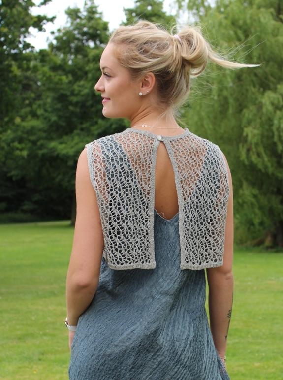 12.05 Astrids blonde top med slids i ryggen