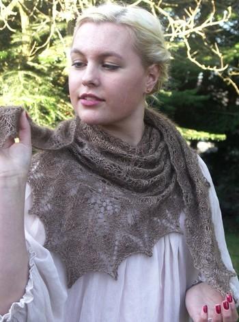 21.12 Lille sjal med blomsterknopper